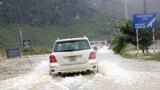 Kinh nghiệm lái xe ô tô khi gặp mưa lũ