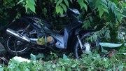 Xe máy đổ bên mương nước, thanh niên ngủ quên trong bụi rậm