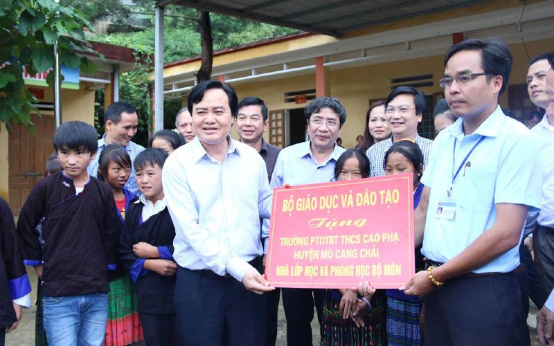 Bộ trưởng Phùng Xuân Nhạ thăm thầy trò Mù Cang Chải
