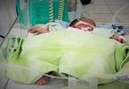 Cứu sống bé sơ sinh bỏ trong túi nilon trước nhà dân