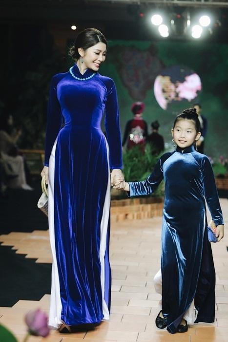 Yan My hội ngộ Việt Trinh tại đêm diễn áo dài