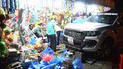 Ô tô bán tải lao vào tiệm tạp hóa, 5 người thoát chết