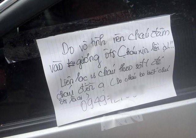 Bị quệt xước ô tô, chủ xe không thể giận vì một mảnh giấy để lại