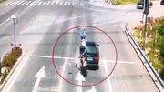 Tai nạn khủng khiếp trên phố khi ô tô đột ngột dừng đèn đỏ
