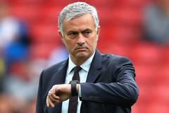Mourinho bật sếp MU, Arsenal quyết mua sao bự