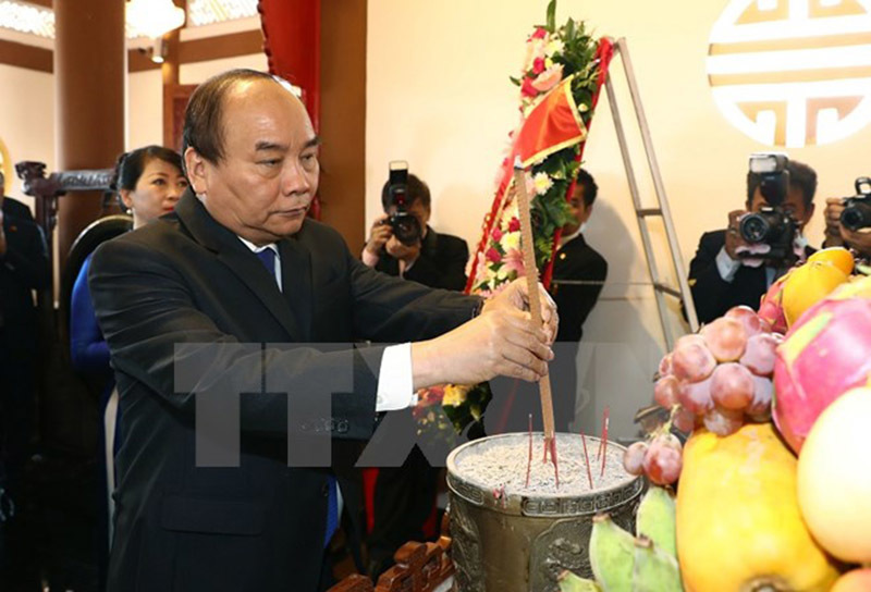 Thủ tướng dâng hương tưởng nhớ Bác Hồ tại Thái Lan