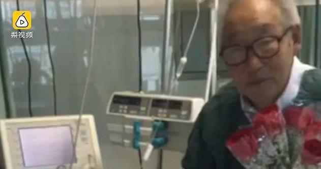 Nghẹn ngào cụ ông 81 tuổi hát tình ca cho vợ hôn mê
