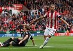 """Trọng tài """"mơ ngủ"""", Arsenal thua đau trước Stoke"""