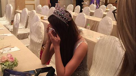 Phạm Hương xúc động bật khóc khi được hỏi về gia đình