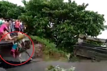 Khoảnh khắc kinh hoàng 2 mẹ con bị lũ cuốn khi cầu sập