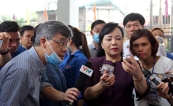Vừa phun muỗi, Bộ trưởng Y tế vẫn phát hiện bọ gậy tại nhà dân