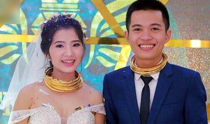 Cô dâu, chú rể đeo đầy vàng được tặng biệt thự, xe hơi ngày cưới