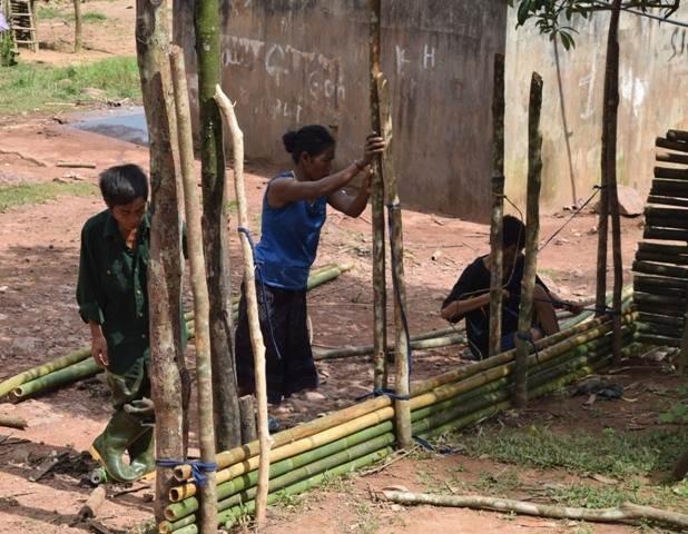 Phụ huynh chặt nứa rào trường, thầy giáo xin áo quần cho học sinh tới lớp