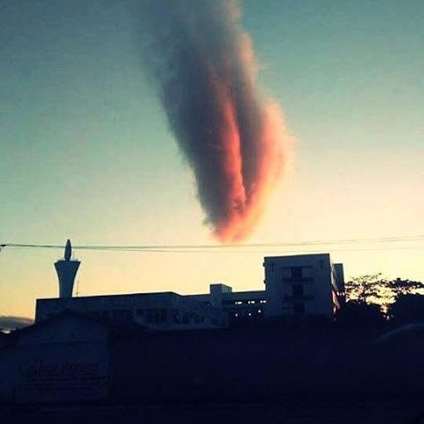 """Mây trông như thiên thạch """"ngày tận thế"""" lao xuống Trái đất"""