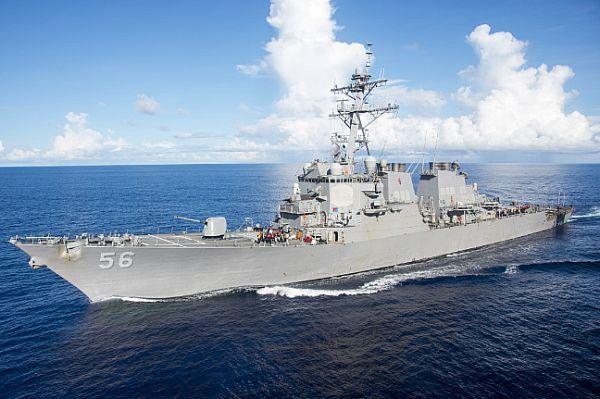 Khu trục Mỹ va chạm tàu thương mại gần eo Malacca