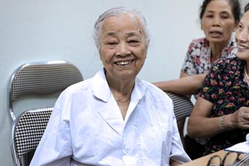 Phòng khám miễn phí của bác sĩ tuổi 80