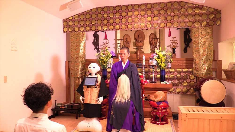 Người máy Nhật phục vụ tang lễ y như người thật
