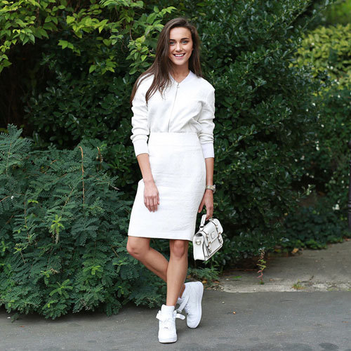 Giày thể thao và váy công sở cho cô nàng trẻ trung