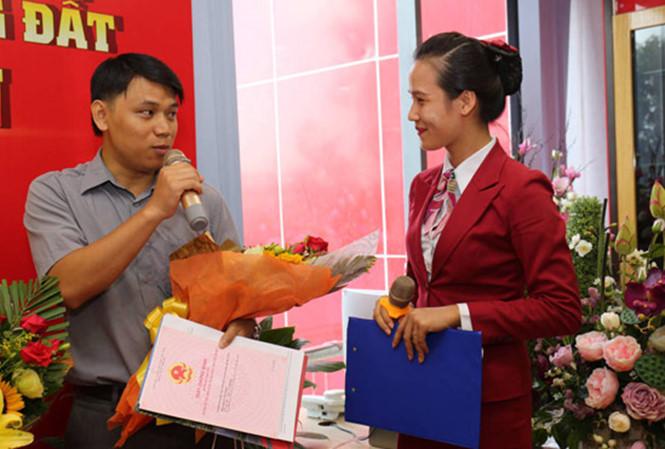 Địa ốc Kim Phát và Việt Hưng Phát trao hàng trăm sổ đỏ cho khách hàng