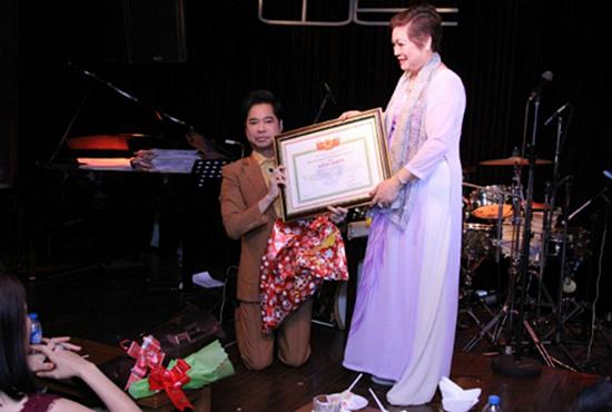 Ca sĩ Ngọc Sơn tư cách gì mà được phong Giáo sư âm nhạc?