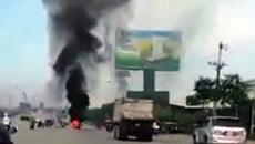 Đang lưu thông trên đường, xe máy bốc cháy dữ dội