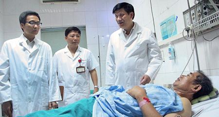 Căng thẳng sốt xuất huyết, Phó Thủ tướng vào BV động viên bác sĩ