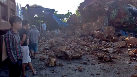 Lở núi, 40 khối đá vùi lấp nhà dân
