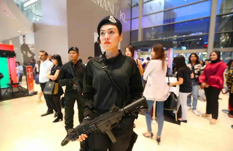 Dân mạng phát sốt vì nữ cảnh sát xinh đẹp tại SEA Games