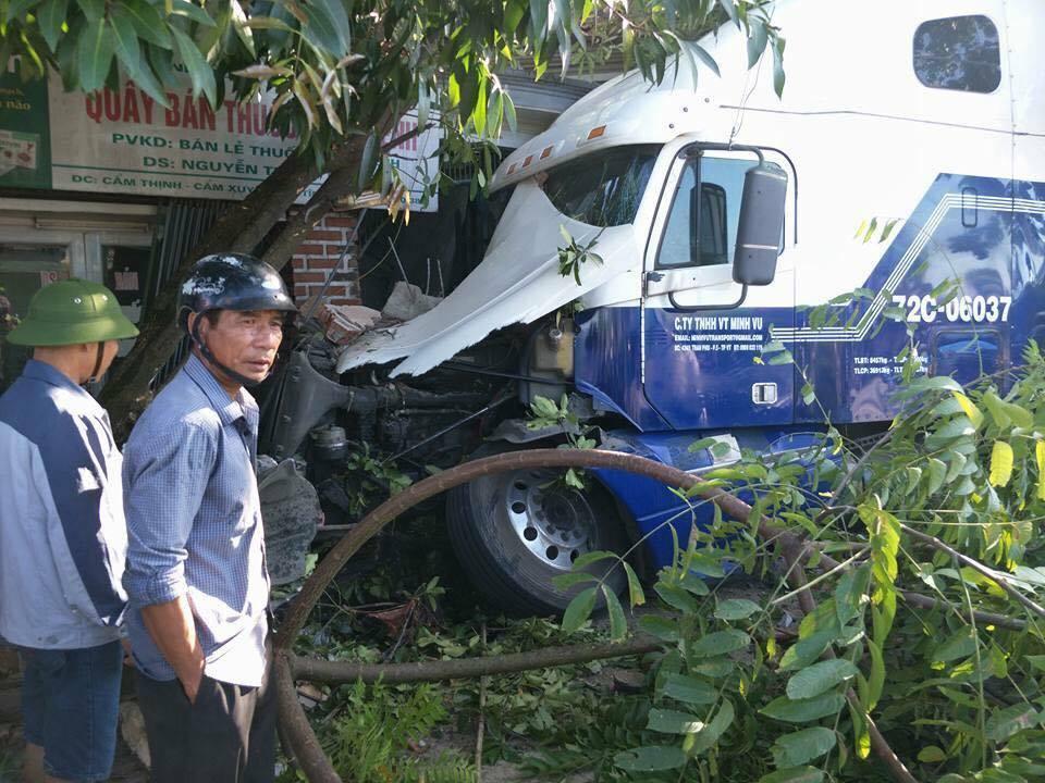 Bẻ lái tránh cụ ông, container đâm nát ki ốt, nghiền 2 xe máy