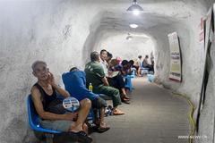 Dân Trung Quốc chui xuống hầm phòng không tránh nóng