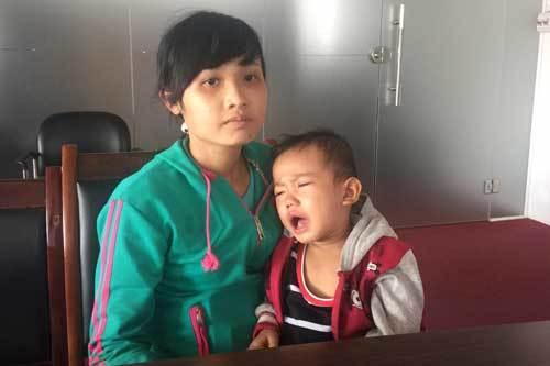 Cậu bé u gan gào khóc trong đau đớn