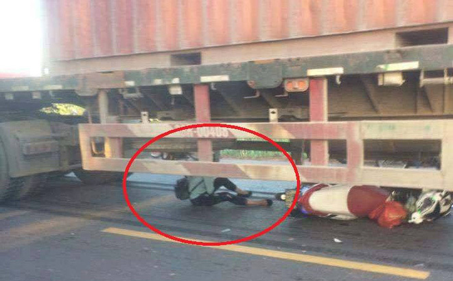 Cô gái trẻ thoát chết trong gầm xe container