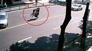 Xe máy rồ ga lao đi sau tai nạn hất cả nhà xuống đường