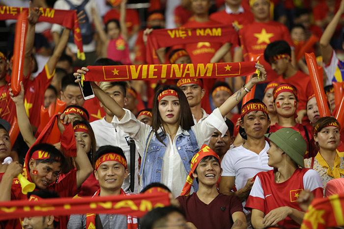 Fan nữ cháy hết mình, U22 Việt Nam vẫn tịt ngòi