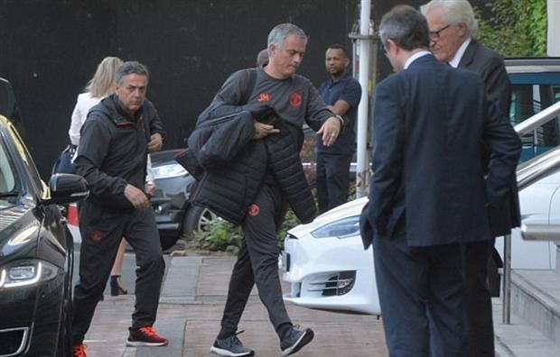 Mourinho xé luật MU, Messi đón Neymar chống Barca