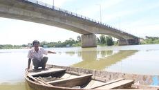 Tiếng động giữa khuya trên sông khiến người đàn ông buông vội bát cơm