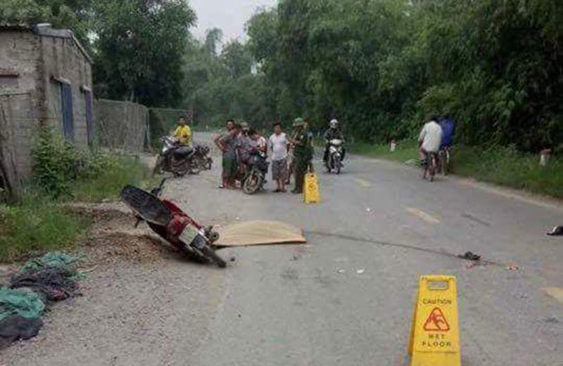Nam thanh niên bất động cạnh xe máy bên đường