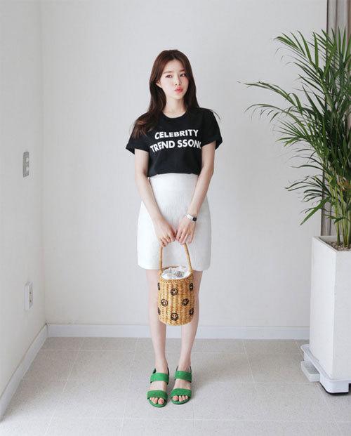 Chân váy và áo phông cho ngày làm năng động