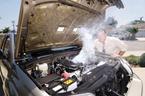 Làm gì khi phát hiện động cơ xe ô tô quá nóng?