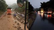 Mưa lớn trôi đất đá, QL 6 tắc hàng km ở Sơn La