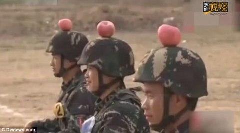 Binh sĩ TQ tập bắn táo trên đầu đồng đội