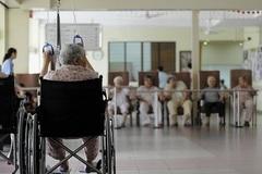 Con dâu giàu có quyết đưa mẹ chồng vào viện dưỡng lão