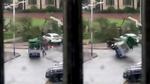 Gió bão kinh hoàng thổi bay ô tô đè người đàn ông trên phố