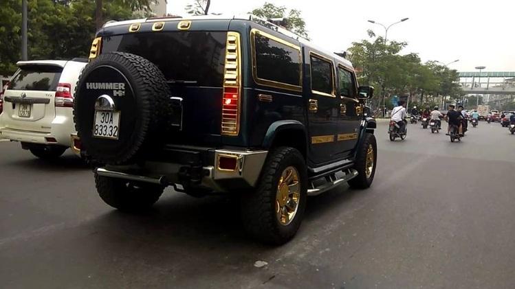 Nữ tài xế lái xe dát vàng ở Hà Nội gây xôn xao