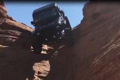 Kinh ngạc ô tô chúc đầu leo xuống vách núi dựng đứng
