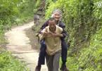 Cảm động con rể tận tình chăm sóc mẹ vợ hơn trăm tuổi
