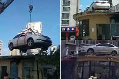 Xe đỗ sai quy định bị cẩu lên nóc nhà