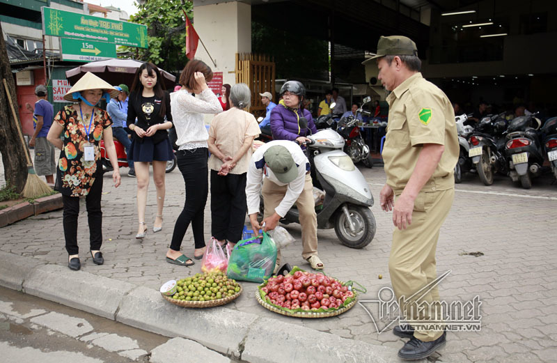 Hà Nội cấm bán hoa quả lòng đường, vỉa hè ở nội thành
