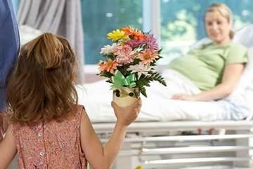 Người Mỹ thăm nhau tặng hoa, người Việt tặng phong bì