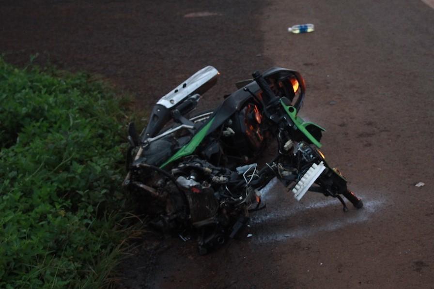Xe cấp cứu tông xe máy nát bét đầu, 2 thanh niên thương vong